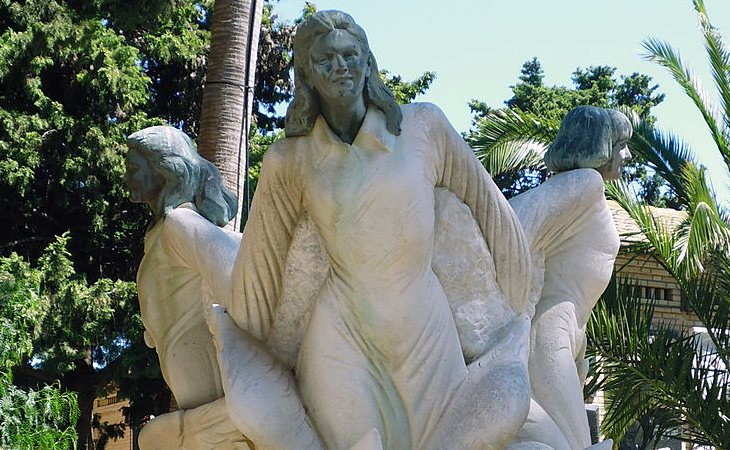 Escultura en memoria de las niñas de Alcàsser