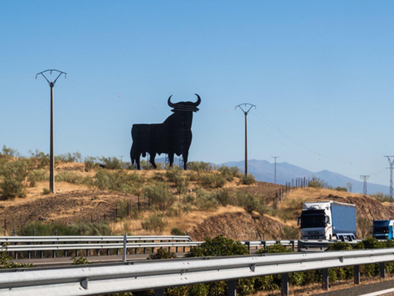 El Toro de Osborne, símbolo adoptado por la derecha, es de origen comunista y republicano