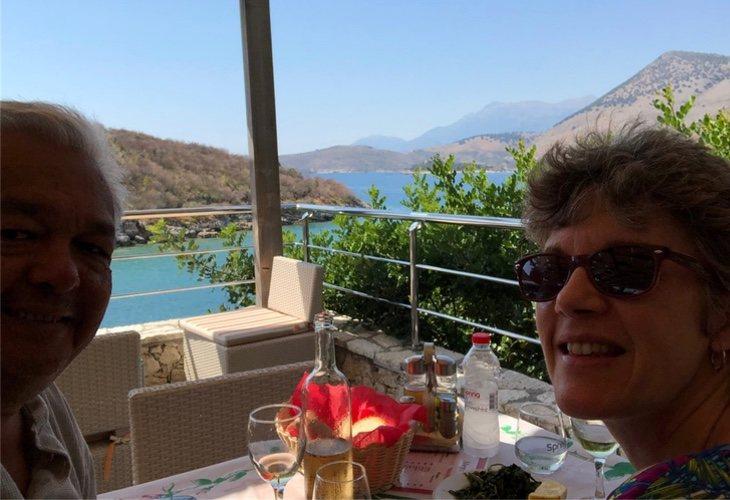 Unos clientes del establecimiento frente a los maravillosos paisajes de Porto Palerrmo, durante una comida en el restaurante | Fuente: TripAdvisor