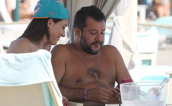 Salvini anunció la ruptura del acuerdo en la playa rodeado de mojitos