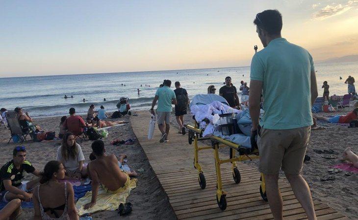 Los médicos y enfermeros llevan a Hugo hasta el agua