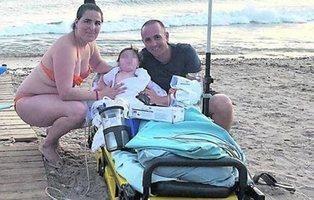 Cumplido el deseo de un niño murciano de 11 meses de bañarse en el mar
