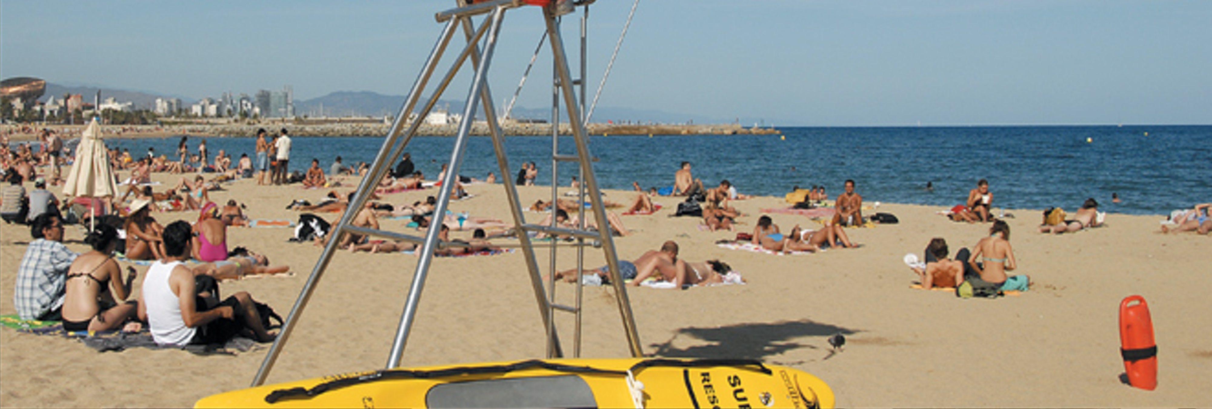 La playa de Barcelona permanecerá cerrada hasta que la Armada detone la bomba hallada en el agua