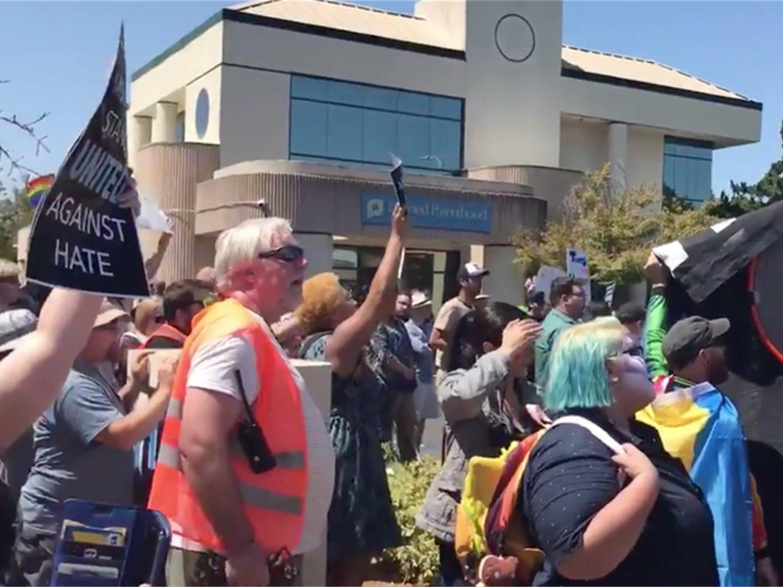 Manifestantes LGTBI consiguen doblegar a los homófobos del Orgullo Hetero en California