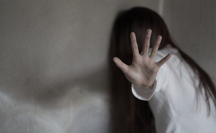 Los acusados atrajeron con caramelos a la menor hasta que perpetraron la agresión en el interior de su vivienda