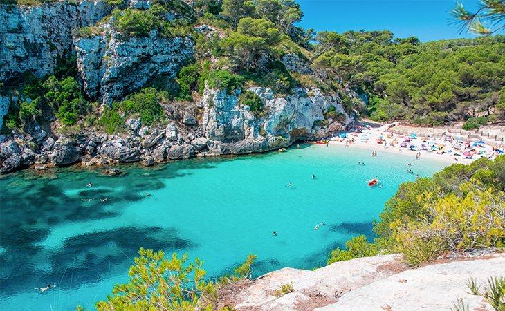 La cala Macarelleta tiene cerca su playa vecina, la cala Macarella