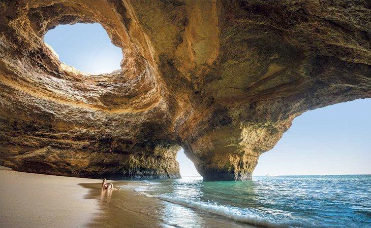 Benagil es famosa por sus cuevas formadas por la erosión del mar