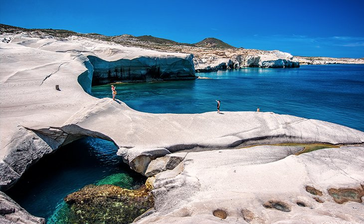 A Sarakiniko se la suele llamar la 'playa lunar' por sus rocas volcánicas