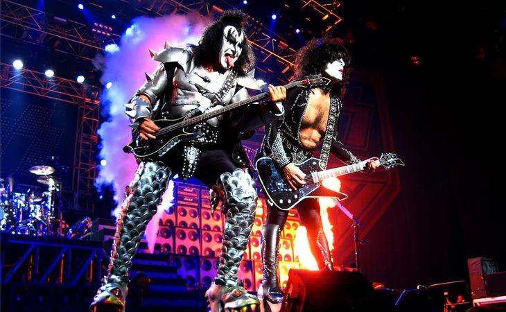 Gene Simmons, bajista real de Kiss, también ha sido víctima de la pirotecnía durante numerosas presentaciones en directo del grupo