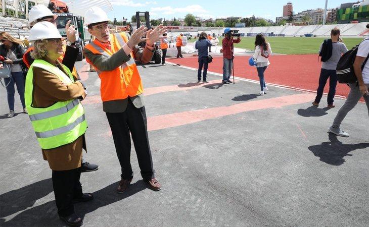 Manuela Carmena, presenciando las obras del estadio Vallehermoso