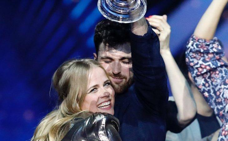 Duncan Laurence, ganador de Eurovisión 2019, abraza a su mentora Ilse DeLange, que en 2014 también estuvo de cerca de llevar el festival a Holanda