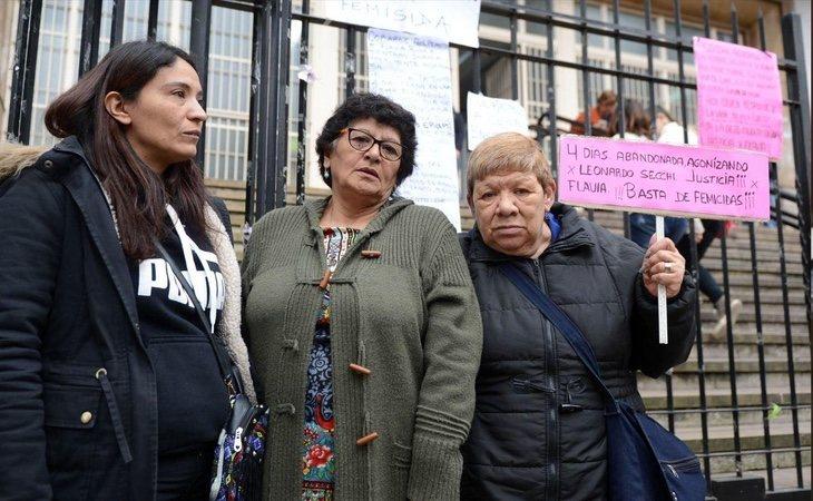 Un grupo de manifestantes protesta en contra de la sentencia