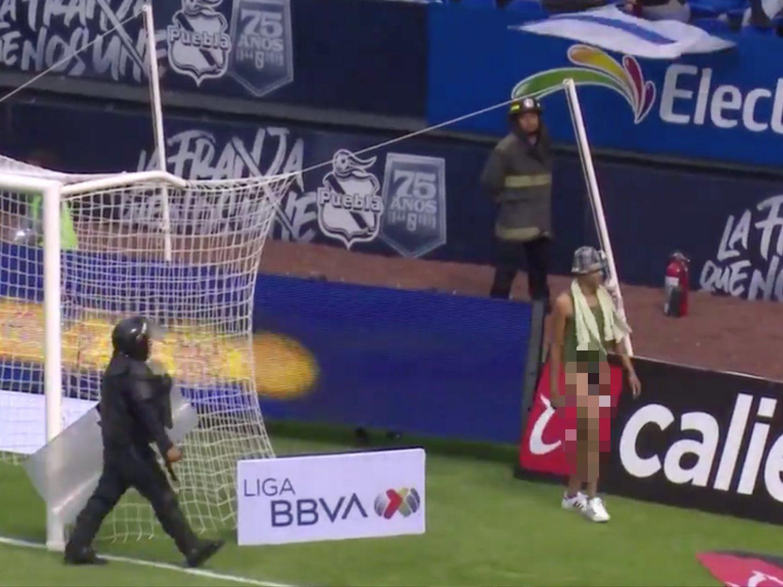 Detienen al 'Negro de WhatsApp' por lanzarse al campo en mitad de un partido de la Liga