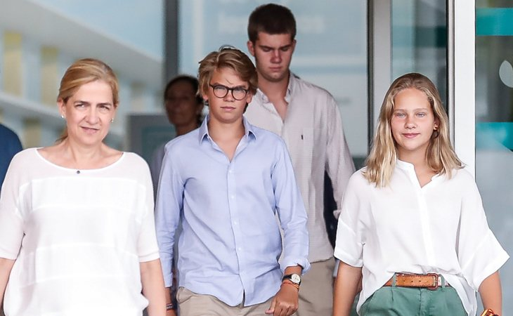 La infanta Cristina, junto a sus hijos Miguel, Juan e Irene, visita a don Juan Carlos en el hospital