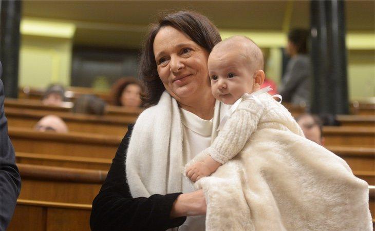 Carolina Bescansa recibió las descalificaciones del periodista tras haber llevado a su hijo al Congreso durante un pleno