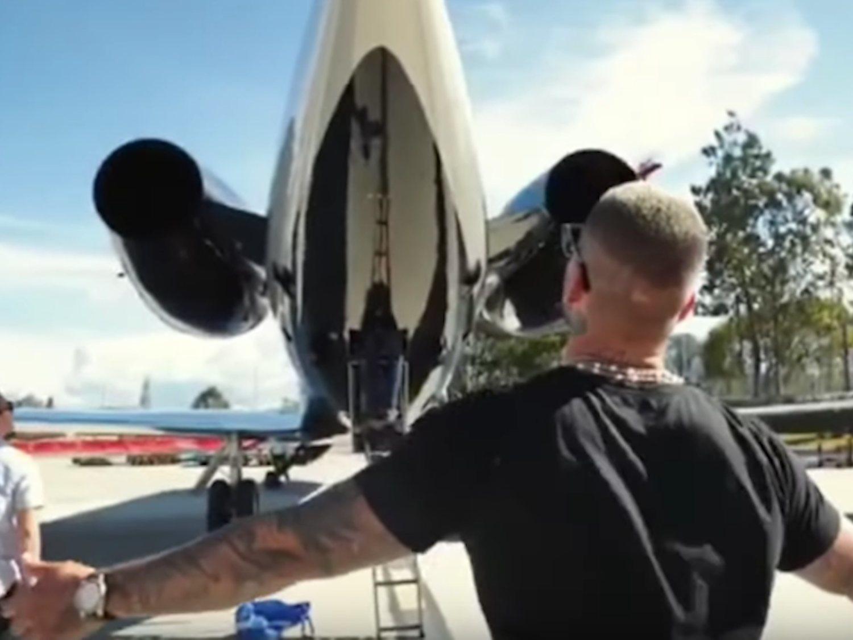 Maluma desata las críticas por su reacción al comprarse  un avión privado