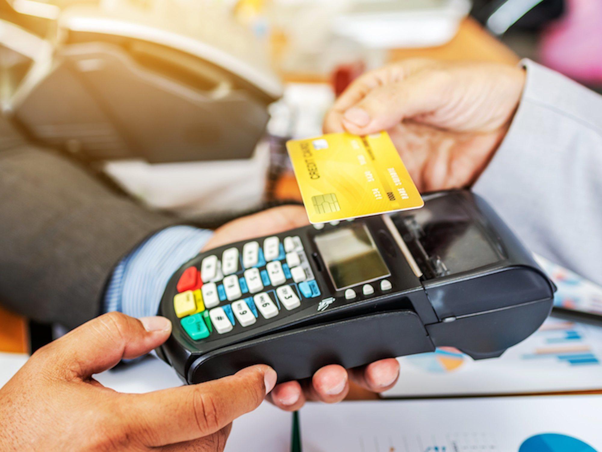 El empleado de una tienda memorizó los datos de 1.300 tarjetas de clientes para hacer compras online