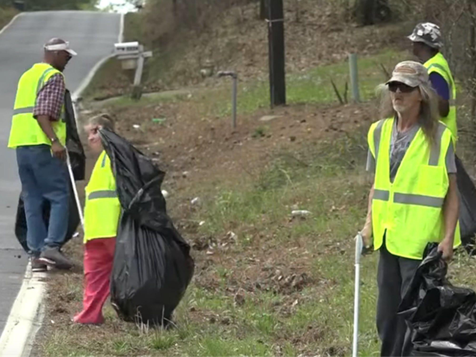 Una ciudad de EEUU contrata a vagabundos como basureros para darles una vida digna
