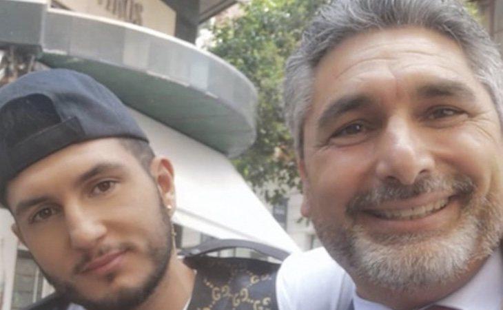 El político ha querido hacerse un selfie con el cantante
