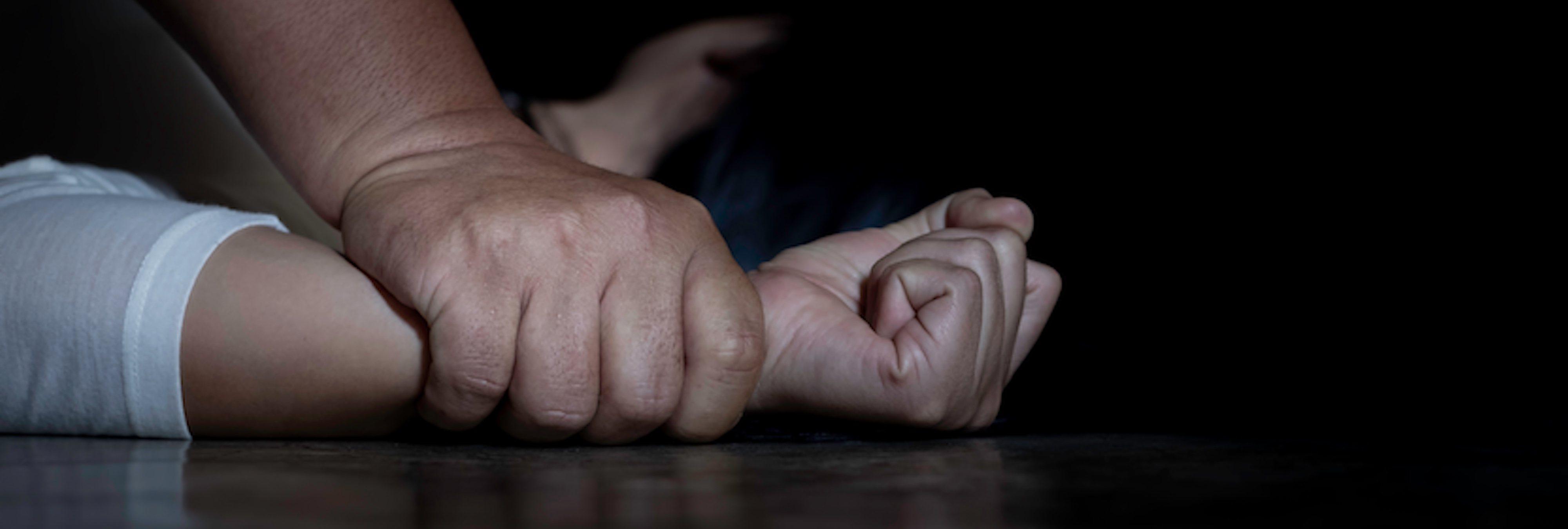 Una madre descubre a su hijo de 13 años violando a su hermana pequeña