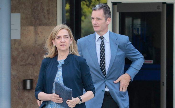 La infanta Cristina e Iñaki Urdagarín en 2016, a la salida del tribunal en Palma, tras declarar por su implicación en el caso Nóos