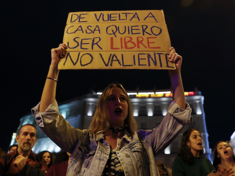 """La emergencia feminista toma las calles en 'la noche violeta': """"Basta ya de violencia patriarcal"""""""