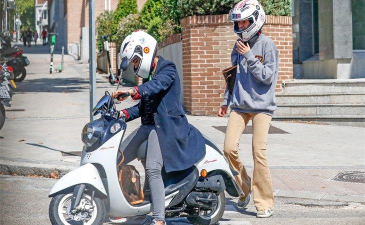Haciendo gala de un discreto casco blanco lleno de pegatinas, se marchó en la moto de un compañero universitario