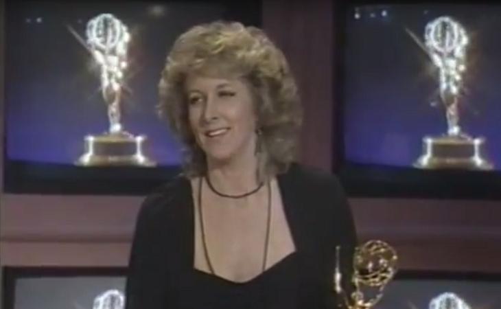Betty Thomas con su premio Emmy en 1985