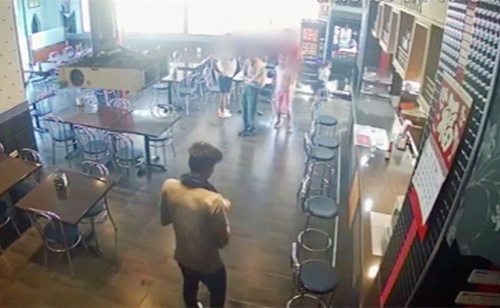 El joven apareció en un bar, mojado y con una toalla, afirmando que había sufrido un robo