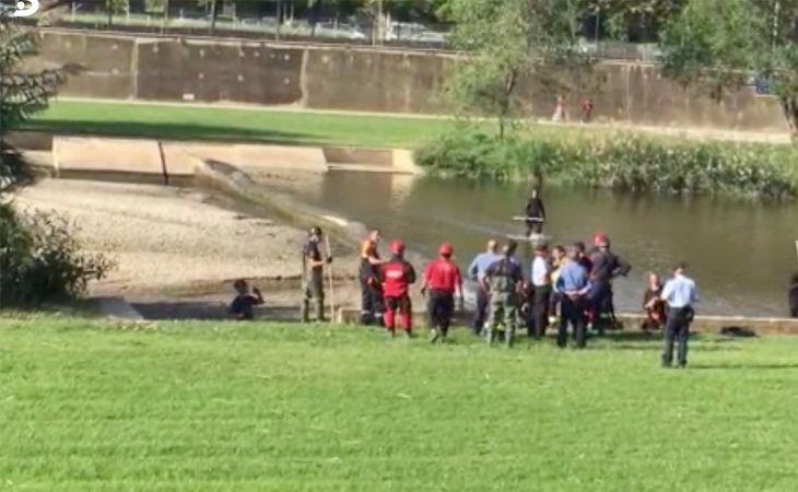 El operativo establecido para la búsqueda del pequeño ha colocado una barrera en el río para que no baje más agua