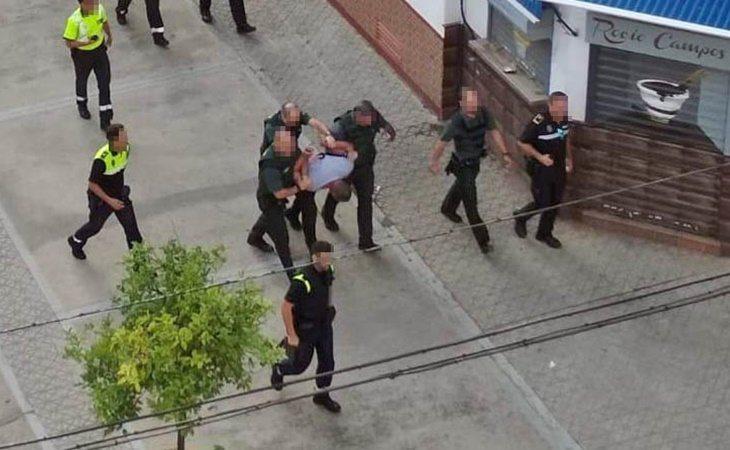 Momento en el que los agentes detienen a uno de los sospechosos