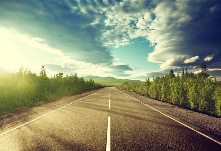 El hombre apareció caminando en el arcén de una carretera completamente desnudo