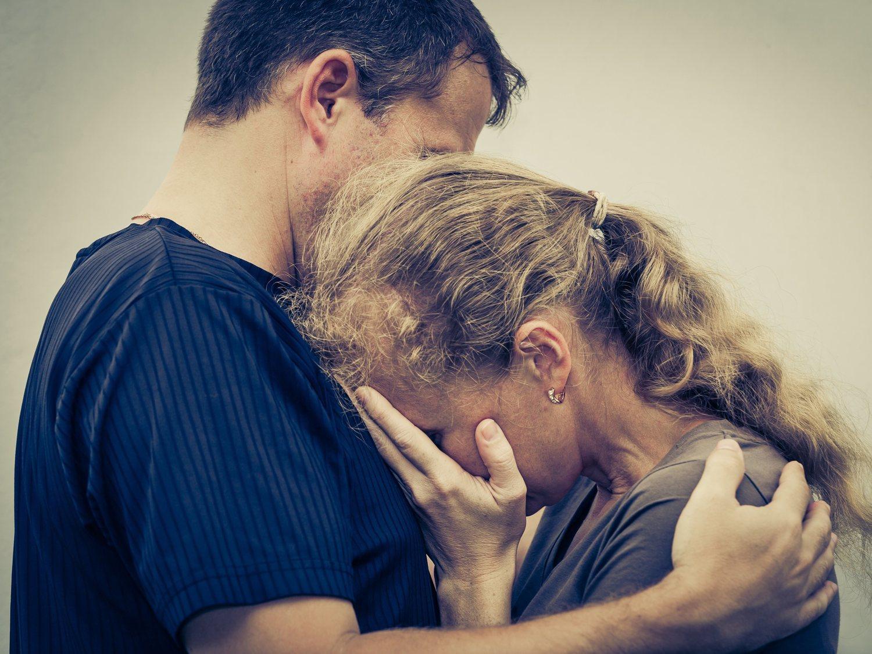 Un matrimonio, tras ocho años de relación, descubren que son hermanos cuando van a ser padres