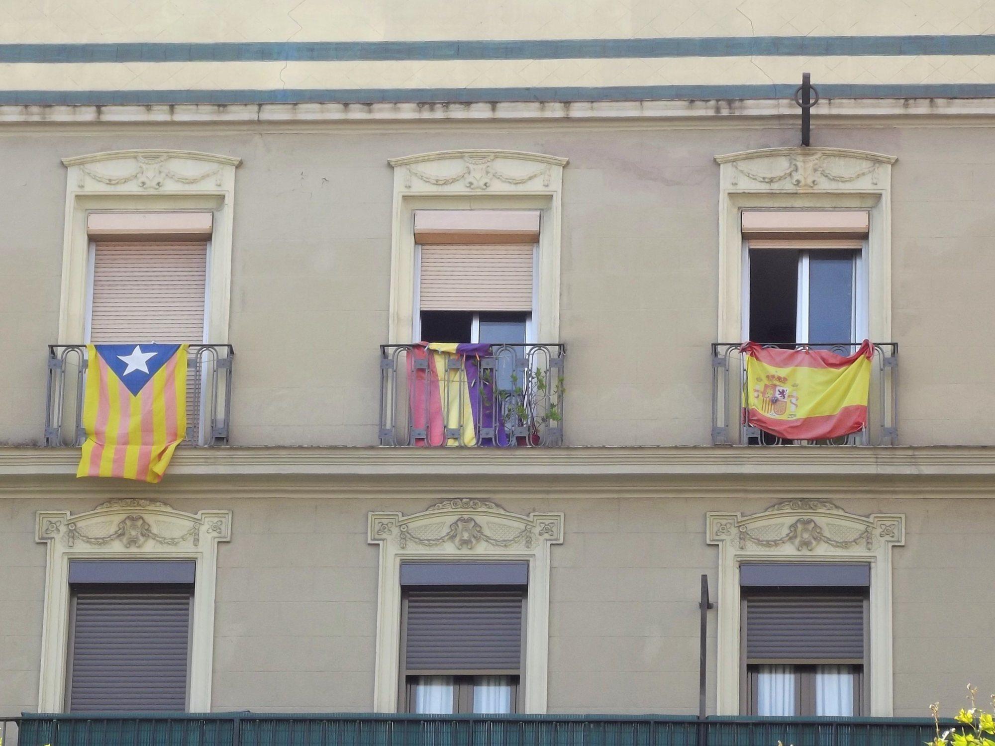 Aumentan en Cataluña las cláusulas para prohibir por contrato colgar banderas en las fachadas