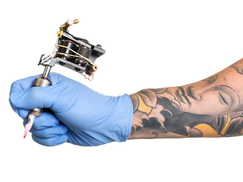 Se hace un tatuaje, se arrepiente a la semana y decide quitárselo con un rallador de queso