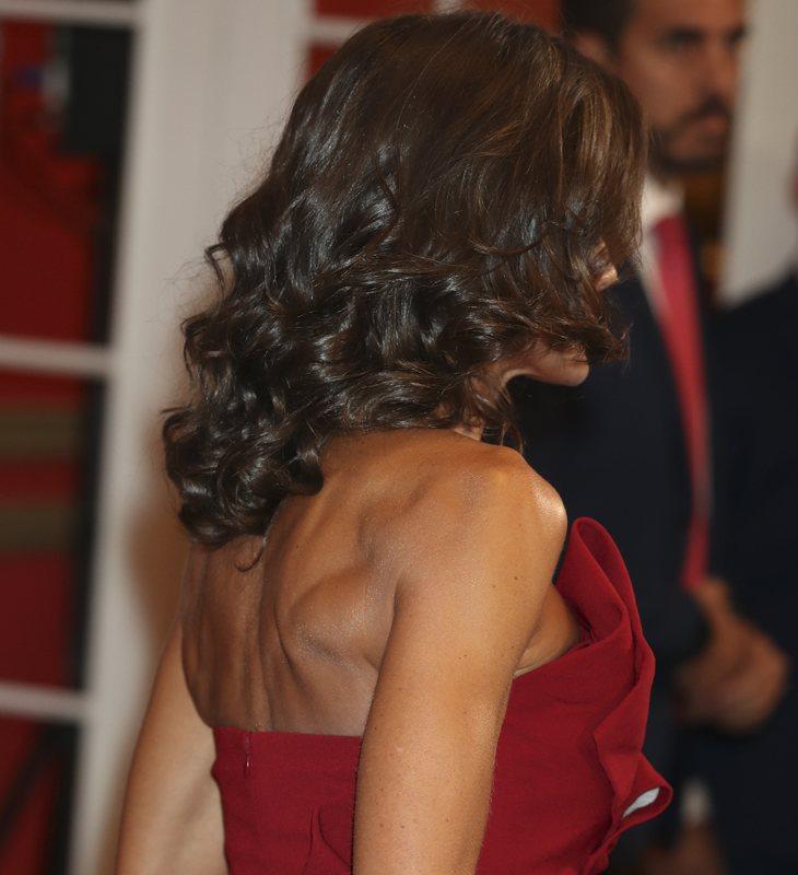 Doña Letizia hizo gala de un elegante vestido que resaltó su cuerpo fibrado y musculado