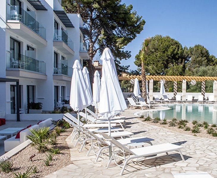 El hotel cuenta con una zona de solarium y piscina, ubicado frente a las mejores playas de la costa de Manacor