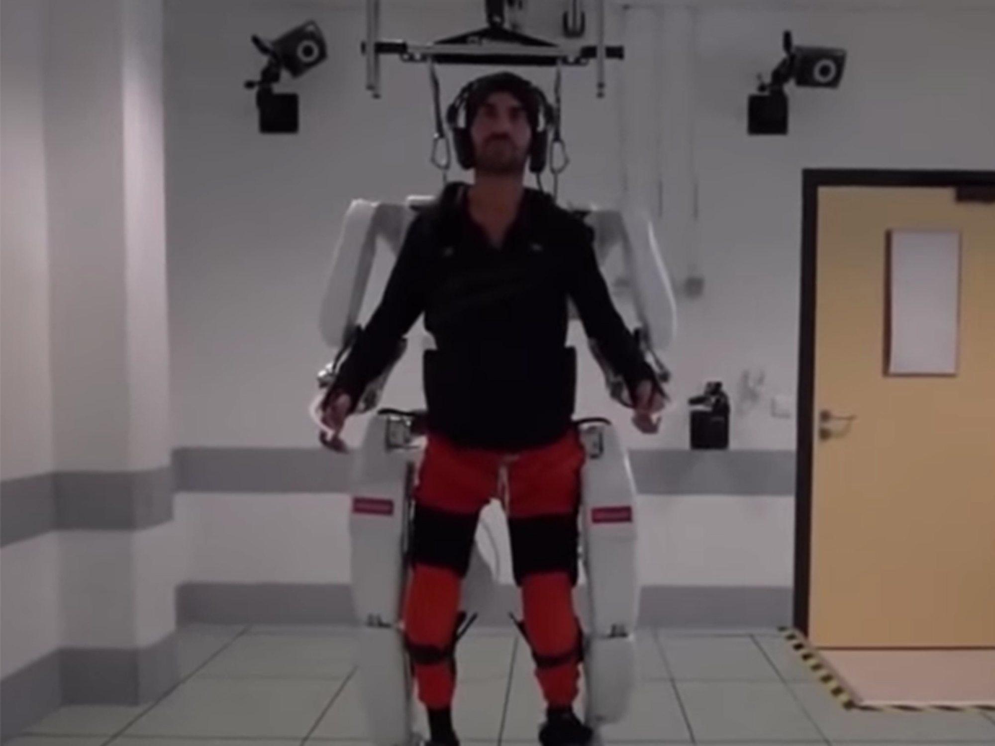 Un paciente tretapléjico vuelve a mover su cuerpo gracias a un exoesqueleto dirigido mentalmente