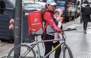La verdadera historia de la repartidora cargando a su bebé