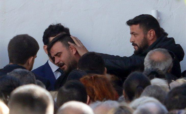 José Roselló (izquierda), padre de Julen, junto a David Serrano (derecha), durante el entierro del pequeño el pasado 24 de enero de 2019
