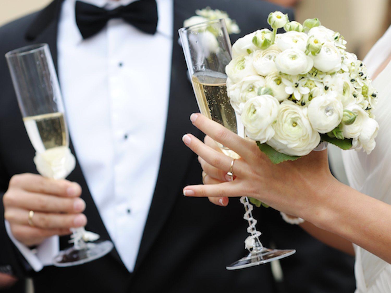 Viola a la dama de honor dos días antes de su boda, la novia le pilla y aun así se casan
