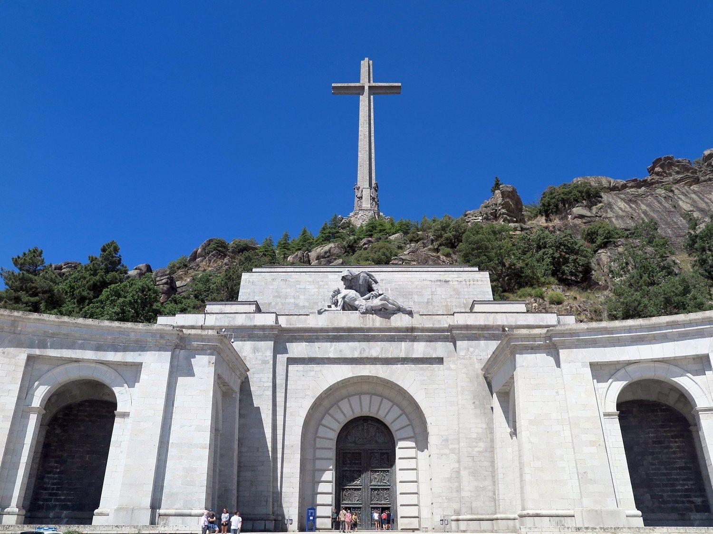 Los monjes del Valle de los Caídos reciben 340.000 euros del Estado por un decreto de Franco