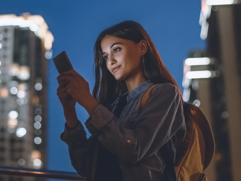 Cómo poner el modo oscuro en WhatsApp e Instagram y qué beneficios tiene