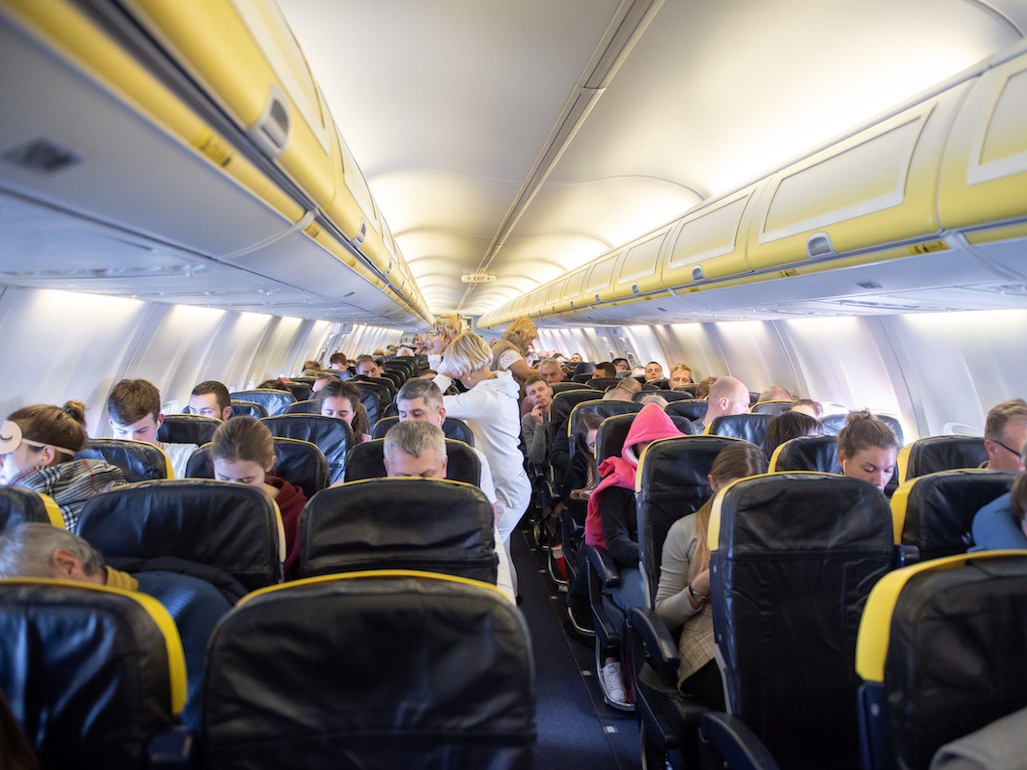 Advierten del peligro de que los asientos de los aviones cada vez sean más estrechos