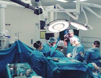 Milagro médico: salvan a un niño que nación con tres piernas, dos genitales y sin ano