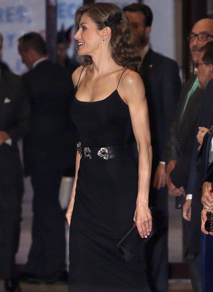 La reina consorte volvió a lucir en 2016 un bolso de mano como accesorio, eso sí, más discreto