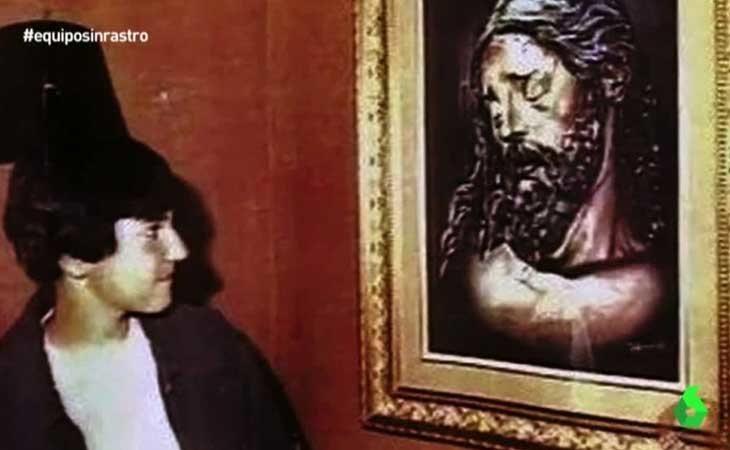 'El niño pintor' junto a uno de sus cuadros'