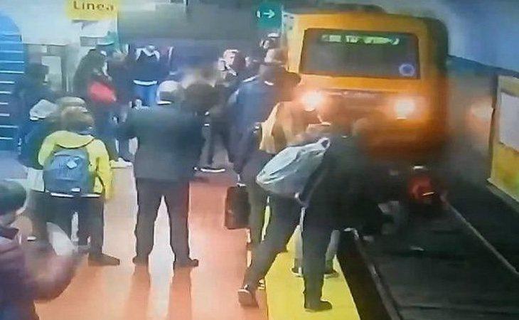 El metro paró a centímetros del cuerpo de la mujer