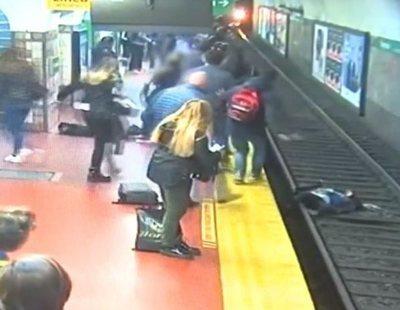 Se desmaya en el metro y tira a una mujer a las vías con la llegada del tren