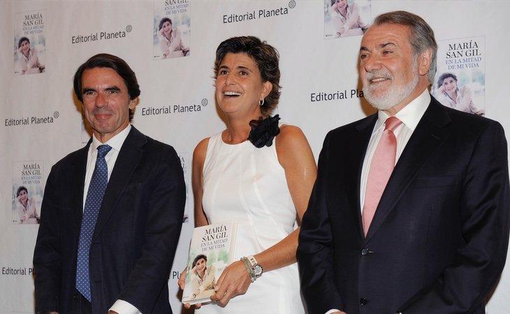 Mayor Oreja, en compañía de José María Aznar y María San Gil